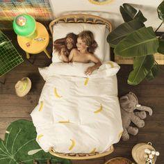 Stop met het vechten tegen de rommel en omarm de urban jungle trend. Met het Snurk dekbedovertrek bezaaid met bananen en een schattige orang-oetan om jouw kleine aap gezelschap te houden. Het zal niet snel stil worden, maar hey, apen blijven apen.