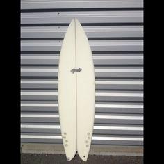 Model : Addiction LEGENDARY 6'2x20x2.5.  Shape: Large flat à l'avant suivi d'un double concave pied arrière à la hauteur du Twinzer.  Commentaire: Un très grand classique , les performances sont : beaucoup de vitesse, un surf tout en carving et des courbes courtes à longues. Une planche destinée à des surfers plutôt puissants et back foot, ou longboarders souhaitant une plus petite board.   Taille: de 5'8'' à 6'6''/ Vague: jusqu'à 2 m.