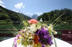 Bunte Sommerwiesenblumen als Brautstrauß -. Wedding bouquet with summer alpine flowers