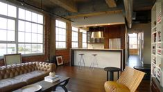 Industrial-loft-living-room-with-a-tufted-sofa.jpg 600×339 pikseli