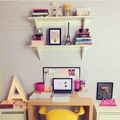 O #cantinhoapenasana é o lugar preferido da blogueira @analidialopess!  E ele ficou uma graça não ficou? Parede de tijolinhos letra iluminada cadeira Eames amarela prateleiras com lembranças de viagens e o nosso pôster 'My Place' no formato A5. Um arras!!!  - http://ift.tt/1dqyBxz (link na bio). #Nacasadajoana #abaixoasparedesvazias #pôster #posters #quadros #enquadrados #design #decoração #decor #interiordesign #pinterest #meunacasadajoana #casa #lar