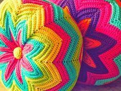From Estraperlo: Crochet teacher (Quééé, cóóómo, crochet hook? Crochet Diy, Crochet Round, Crochet Home, Love Crochet, Beautiful Crochet, Crochet Crafts, Crochet Projects, Crochet Owl Pillows, Crochet Pillow Pattern