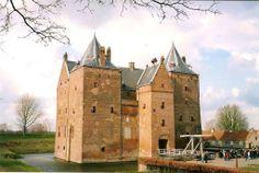 Slot Loevestein Poederoijen, Gelderland 51°48′59″N 5°01′14″E