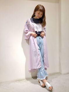 刺繍入りフレアガウン 花刺繍とシルエットがとっても可愛いガウン。2wayでお使いいただけるので、ワンピース風に着ても雰囲気が変わって◎。デニムにTシャツとシンプルな上にさっと羽織るだけでコーデがグッと春らしくなります。