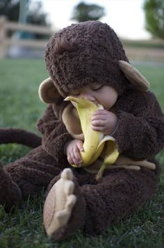 How adorable is this baby monkey costume eating the banana So Cute Baby, Baby Kind, Cute Kids, Baby Monkey Costume, Monkey Costumes, Monkey Baby, Babies In Costumes, Animal Costumes, Cute Baby Boy Costumes