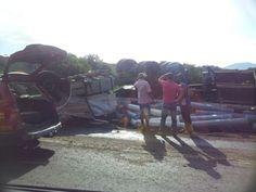 #News  Motorista morre após tombar caminhão carregado de tecidos no Vale do Rio Doce