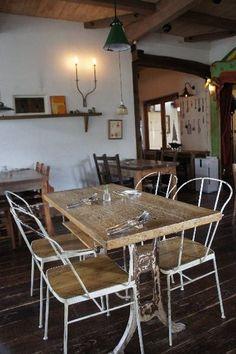 茨城県結城市 「カフェ・ラ・ファミーユ」  店内は明るく、フレンチシックな雰囲気で統一されています。アンティークの雑貨屋やナチュラルなテーブルが並び、自然と落ち着く気持ちに。