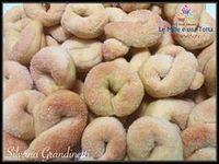 CIAMBELLINE AL VINO PASSITO RICETTA DI: SILVANA GRANDINETTI Ingredienti: 500 g di farina 00 - 80 g di zucchero semolato - 125 ml di olio evo oppure di