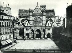 La façade de Saint-Germain-de-l'Auxerrois photographiée par Charles Nègre vers 1852. Peu après, les immeubles qu'on voit à gauche seront démolis pour aménager la place du Louvre et construire la mairie du 1er arrondissement et son beffroi, à gauche de l'église (Paris 1er)