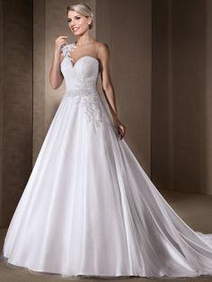 Vestido de noiva rodado com decote careca