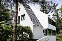 Wie eine große Schleppgaube wirkt der moderne Anbau von eins:eins Architekten.