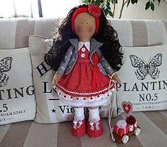 Červená s darčekmi / Jasmin - SAShE. Jasmin, Crochet Hats, Handmade Dolls, Christmas Ornaments, Holiday Decor, Decorations, Knitting Hats, Christmas Jewelry, Dekoration