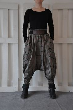 How to wear harem pants this year 80 best outfits Boho Fashion, Fashion Outfits, Fashion Design, Fashion Trends, Harem Trousers, Harem Pants Outfit, Baggy, Drop Crotch Pants, Maxi Styles