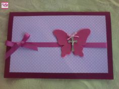 Con detalles de mariposa