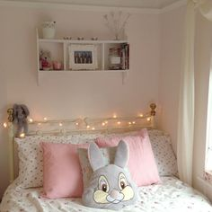Simple, fresh look, loooove the white lights! Need those for my room! Dream Rooms, Dream Bedroom, Kids Bedroom, Bedroom Decor, My Room, Girl Room, Disney Bedrooms, Princess Room, Princess Palace