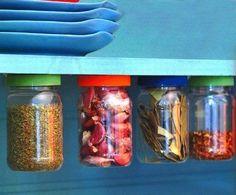 Potinhos de maionese também servem. E ainda criam o maior visual. | 25 truques de organização que vão mudar a cara da sua cozinha
