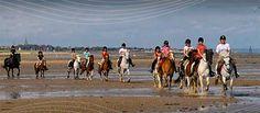 Balade à cheval sur les plages de Normandie.