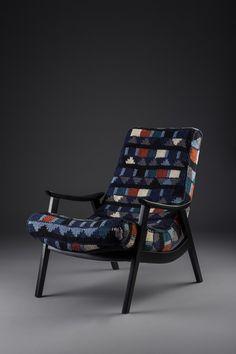 Poltrona marca Gelli, anos 60 laqueada em esmalte fosco. Estofado tricotado à mão em aproximadamente 70h de trabalho na técnica de intársia.  http://www.reginamisk.com.br https://www.facebook.com/inventivebureau