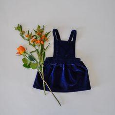 Das Samtkleid Lara gibt es in Königsblau sowie in einem wunderschönen Bordeauxrot. Perfekt für die Weihnachtsfestlichkeiten oder auch für ein Hochzeitsfest.