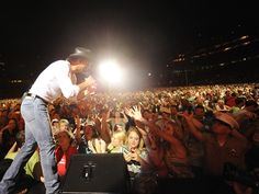 Tim McGraw sings to Nashville's CMA crowd