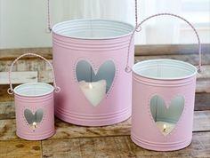 idée comment fabriquer un photophore, customisé à la peinture rose avec un trou en forme de coeur, bougies, table en bois rustique, projet bricolage avec boite de conserve