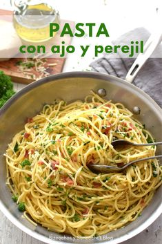 Delicious and simple pasta with garlic, parsley, olive oil, is made in 15 minutes or less, a good proposal for the meal of the week. Recipe step by step Recipes faciles gourmet de cocina de postres faciles pasta saludables vegetarianas Greek Recipes, Mexican Food Recipes, Snack Recipes, Dinner Recipes, Healthy Recipes, Ethnic Recipes, Pasta Facil, Good Food, Yummy Food