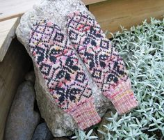 Kotkan perhoslapaset – Silmukoiden seassa Mitten Gloves, Mittens, Knitting Projects, Knitting Patterns, Knitting Socks, Knit Socks, Fingerless Gloves, Arm Warmers, Butterfly