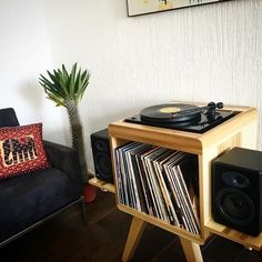 Need this record player / holder stand! Vinyl Record Storage, Lp Storage, Record Player Table, Record Players, Home Music, Dj Music, Record Cabinet, Built In Bookcase, Style Vintage