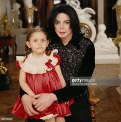 Singer/Songwriter Michael Jackson and daughter Paris Michael Katherine Jackson photographed at Neverland Ranch in 2001 Michael Jackson Cartoon, Prince Michael Jackson, Michael Jackson Pics, Paris Jackson Photos, Familia Jackson, Mj Kids, Neverland Ranch, Jackson Family, The Jacksons