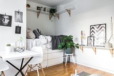 Hope you enjoyed all the tops and trend posts, more are coming, but I had to break the cycle a bit. Why? To show you this charming studio apartment fit for a student, if you ask me. Hope you'll enjoy