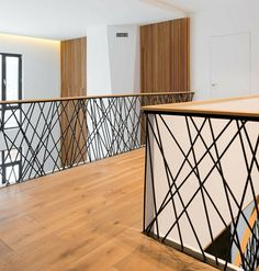 Das Design aus schwarzem Metall passt perfekt zum hellen Laminat The design of black metal fits perfectly with the light laminate Decor, Modern Interior, Staircase Railings, Staircase Design, Interior, Stair Railing Design, Home Decor, House Interior, Stairs Colours