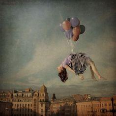 まるで夢の中のよう。浮遊感溢れるガーリーでドリーミーな写真シリーズ「distorted gravity」 | ARTIST DATABASE/アーティストデータベース