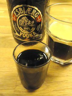 Voor de likeur verwarm je  375 gr bruine suiker + 375 gr kristalsuiker, 4 vanille stokjes, 200 ml sterke koffie en 750 ml water tot een dikke stroop en dit voeg je toe aan 400 ml Vodka. Even mengen en klaar is je zelfgemaakte likeur.