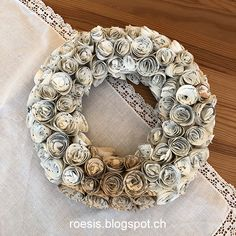 Einfach Papier aufrollen und sich über einen wunderschönen Rosenkranz freuen Burlap Wreath, Christmas Wreaths, Holiday Decor, Rosary Beads, Paper Strips, Fall Color Schemes, Creative Ideas, Burlap Garland