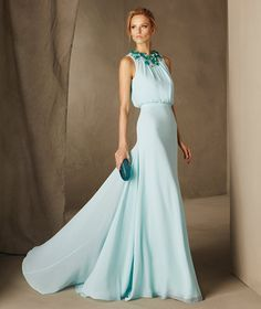 CATANIA - Vestido largo con collar floral Pronovias
