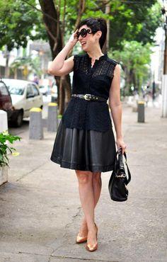 blusa de renda guipir sobre vestido rodado preto de alça, com cinto na cintura preto e scarpin dourado