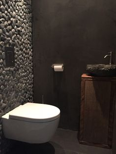 Toilette in Beton Cire. Dark Bathrooms, Bathroom Toilets, Modern Bathroom, Small Bathroom, Bad Inspiration, Bathroom Inspiration, Bathroom Interior Design, Modern Interior Design, Modern Toilet Design