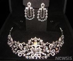 Demi-parure of tiara and earrings