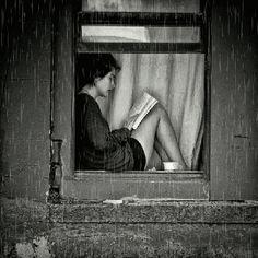 alla finestra- la pioggia e un libro come compagni ( n a n i t a )