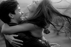 De repente tudo parou O mundo se perdeu Um olhar Derreteu toda minha alma O único e mais intenso olhar Me fez viver de novo  Amar Como o passado se fez e se foi, Eu sinto de novo Um sentimento fervendo em mim, Me trazendo alucinações…  Ah, se eu pudesse tocá-lo como antes, Como meu…  O calor é restrito, Paixão proibida Que me faz louca, sua  Um beijo, despedida, Tudo a minha volta novamente faz sentido Mas dentro de mim tudo mudou  A esperança e toda a vontade Voltaram a me perturbar Mas o…