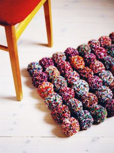 DIY: pom pom rug Um, wouldnt this be hard to walk on? Diy Pom Pom Rug, Pom Pom Crafts, Yarn Crafts, Diy And Crafts, Arts And Crafts, Do It Yourself Inspiration, Diy Inspiration, Diy Projects To Try, Craft Projects