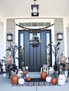 Going for gothic glam this Halloween? Jamie of the has a gorgeou. - Going for gothic glam this Halloween? Jamie of the has a gorgeous Halloween porch f - Halloween Christmas Tree, Fall Halloween, Halloween Jamie, Halloween Ideas, Country Halloween, Farmhouse Halloween, Gothic Halloween, Halloween 2020, Christmas Door