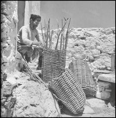 Basket maker in East Crete - Ανατολική Κρήτη - 1927 Greece Photography, Still Photography, Old Greek, Greek Art, Crete Greece, Athens Greece, Old Photos, Vintage Photos, Foto Vintage