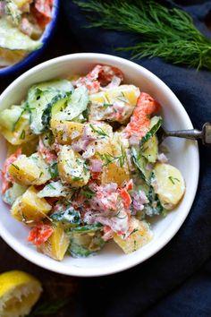 Kartoffelsalat mit Räucherlachs und Joghurt-Dill-Sauce. Dieses schnelle 8-Zutaten Rezept ist herzhaft, würzig und SO gut! - Kochkarussell.com #kartoffelsalat #räucherlachs #schnellundeinfach #rezept