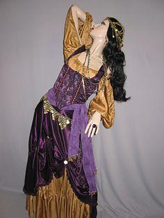 like renaissance try it now Renaissance Gypsy, Renaissance Fair Costume, Boho Gypsy, Gypsy Style, Cool Costumes, Halloween Costumes, Halloween Outfits, Halloween Crafts, Costume Ideas