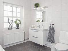 Cobb Bay - ett tvåplanshus i New Englandstil från Myresjöhus Helt ok kakelko. House Styles, Bathroom, House Interior, European House, Interior Inspo, Bathroom Decor, Bathroom Design, Tile Bathroom, Bathroom Wall Tile