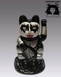 "Marcela Maldonado Customizes Japanese ""Lucky Cats"" The Argentine artist appropriates the ancient Maneki Neko for modern purposes. Neko Cat, Maneki Neko, I Love Cats, Cute Cats, Japanese Symbol, Japanese Cat, 1 Tattoo, Cat Garden, Owning A Cat"
