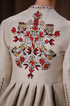 Valentino, een bekend Italiaans haute couture modehuis liet zich voor de voorjaars/ zomer collectie 2015 inspireren door kleur, vorm en (borduur) motieven van klederdrachtkleding uit verschillende streken.
