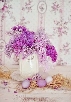 My Life in the Countryside Lavender Cottage, Easter Projects, Lilacs, Flower Centerpieces, Center Pieces, Pretty Flowers, Countryside, Glass Vase, Holiday