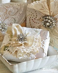 13 Elegant Ways to Wrap Presents this Holiday - Romantic Homes Creative Gift Wrapping, Gift Wrapping Paper, Creative Gifts, Wrapping Presents, Wrapping Ideas, Old Candle Jars, Old Candles, Craft Packaging, Jewelry Packaging